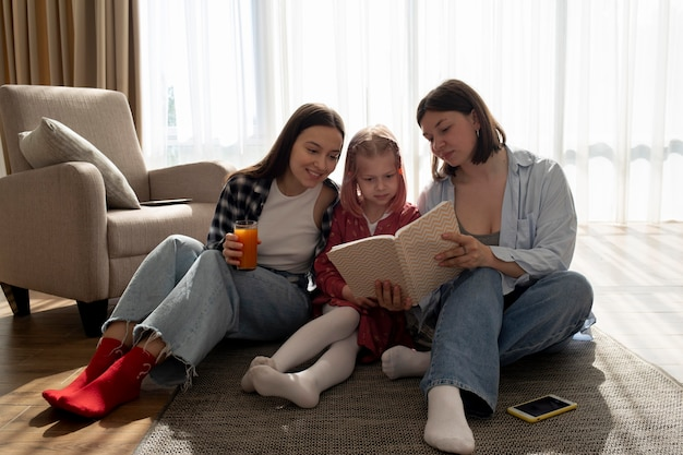 Mama's brengen tijd samen met hun dochter binnenshuis door