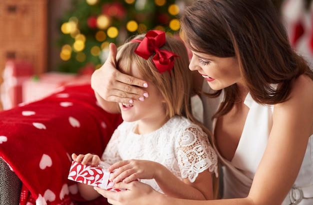 Mama verrast dochter door cadeautjes te geven