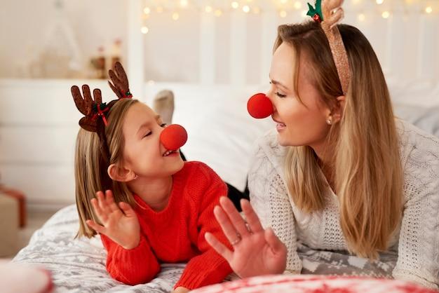 Mamma en dochter die van kerstmis genieten
