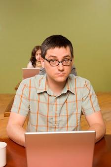 Man aan het hoofd van de rij van laptopgebruikers