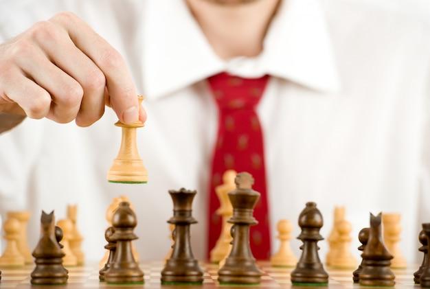 Man aan het schaken