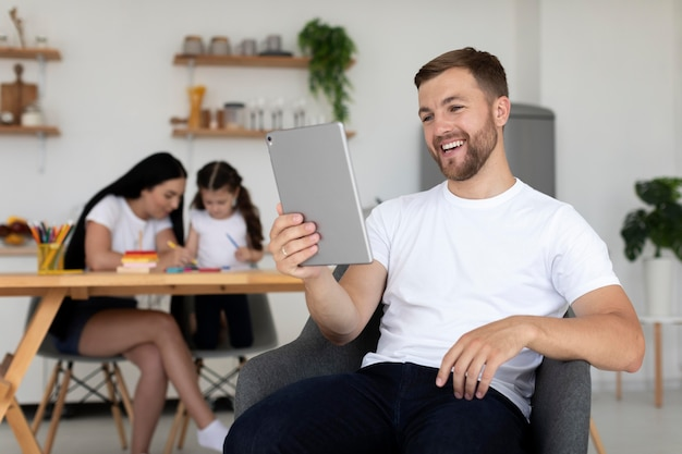 Man aan het videobellen met zijn gezin