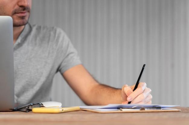 Man aan het werk aan een freelance-project thuis