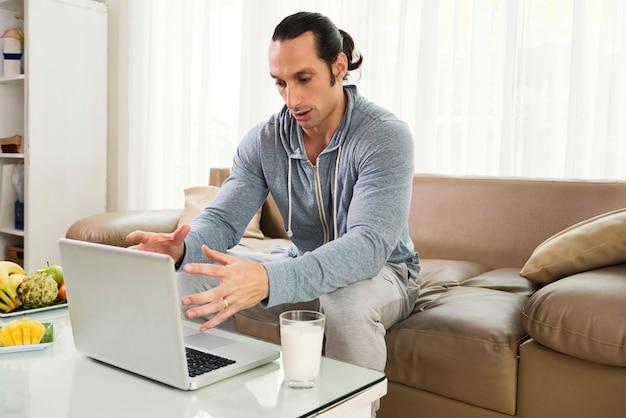 Man aan het werk als freelancer thuis