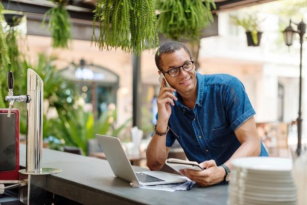 Man aan het werk coffee shop cafe concept