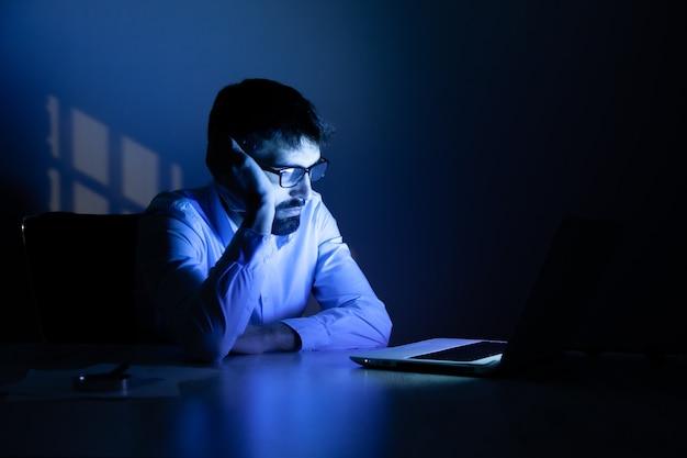 Man aan het werk in de computer 's nachts