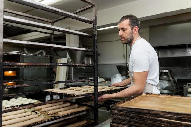 Man aan het werk in een broodbakkerij