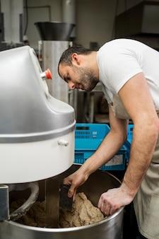 Man aan het werk in een broodfabriek