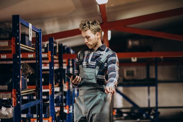 Man aan het werk in een carboard fabriek