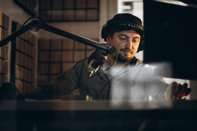 Man aan het werk in een radiostation
