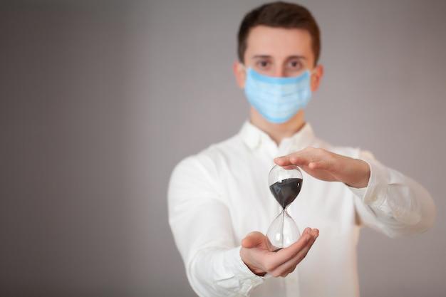 Man aan het werk in het kantoor dragen van een masker voor bescherming tegen coronavirus