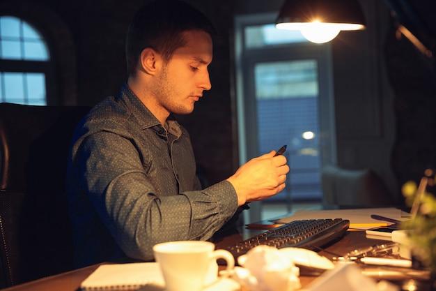 Man aan het werk in kantoor alleen