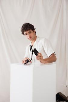 Man aan het werk in zijn fotostudio