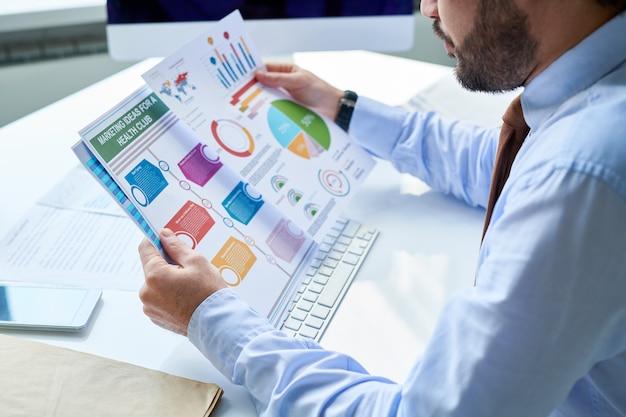 Man aan het werk met kleurrijke grafieken