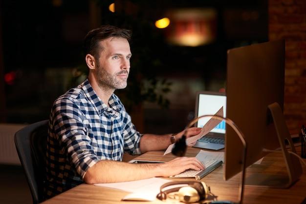 Man aan het werk met technologie 's nachts