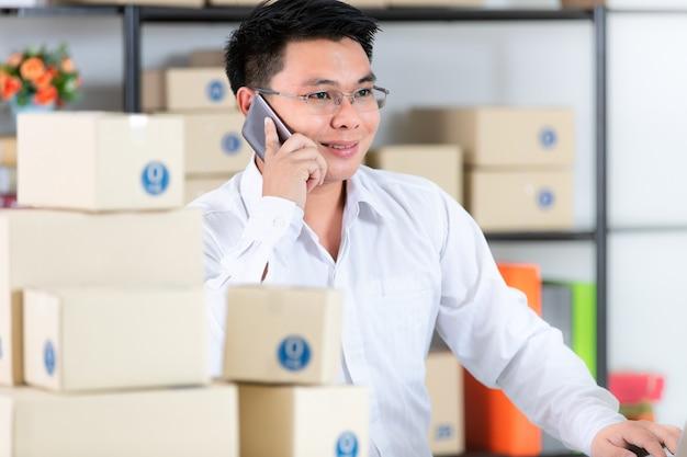 Man aan het werk online business vanuit huis.