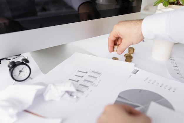 Man aan het werk op afbeeldingen op zijn bureau