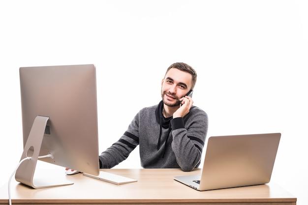 Man aan het werk op de computer en telefoon spreken met geïsoleerd op wit kantoor