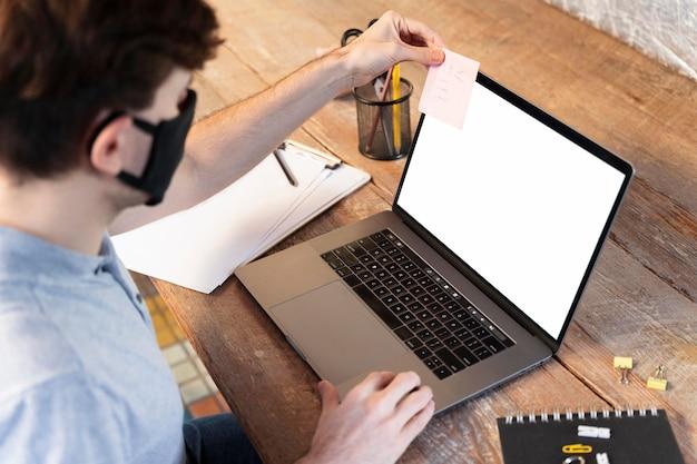 Man aan het werk op een freelance-project