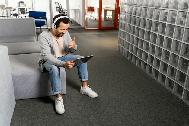 Man aan het werk op een laptop in het bedrijf