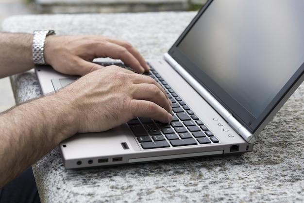 Man aan het werk op een laptop vanuit huis