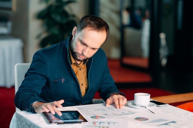 Man aan het werk op kantoor en analyse van enkele statistische berekeningen.