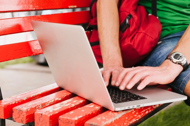 Man aan het werk op laptop op de bank