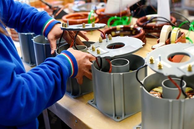 Man aan het werk op nieuwe elektrische transformatoren