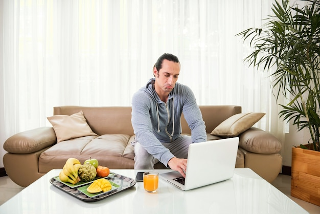 Man aan het werk thuis