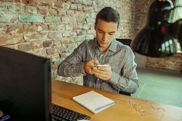 Man aan het werk vanuit huis remote office concept