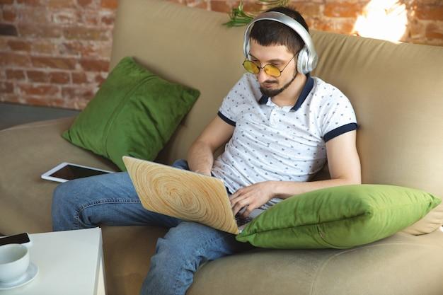 Man aan het werk vanuit huis tijdens coronavirus of covid-19 quarantaine, remote office concept