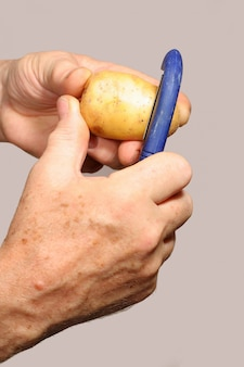 Man aardappelen schillen