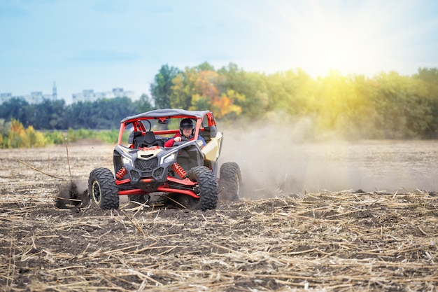 Man achter het stuur van quad rijden rond het veld in de
