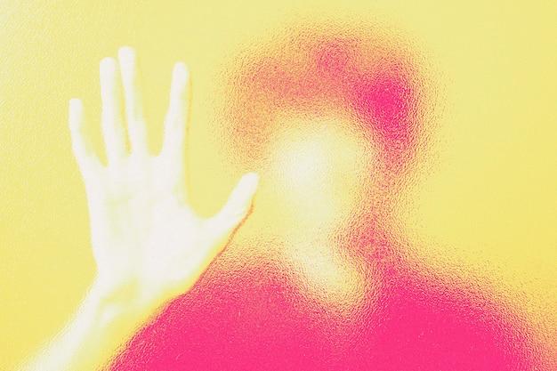 Man achter wazig glas in dubbele kleur abstracte belichting geremixte media