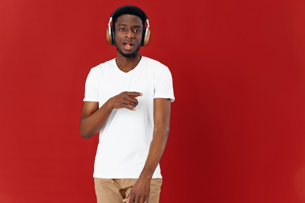 Man afrikaans uiterlijk hoofdtelefoon technologie muziek moderne stijl