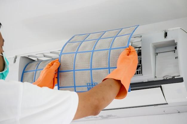 Man airconditioner vuil filter schoonmaken