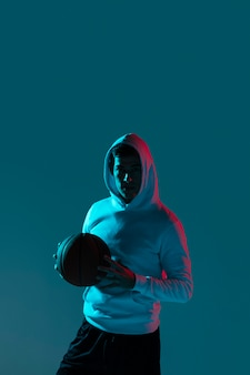 Man alleen basketbal spelen met coole lichten
