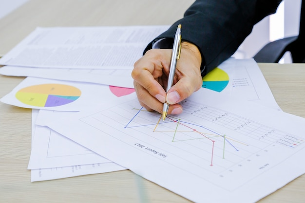 Man analysis bedrijfs- en financieel rapport.