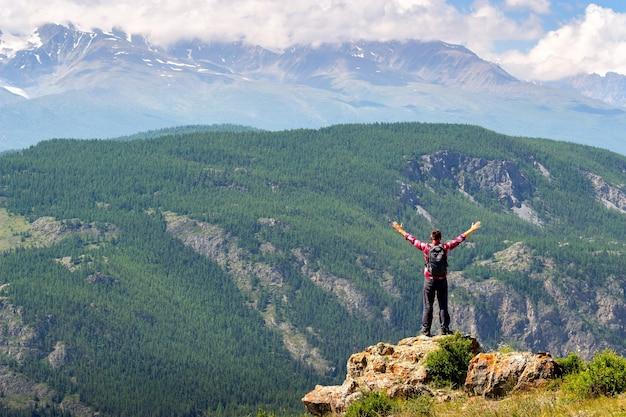 Man armen gestrekt door de natuur genieten van vrijheid en leven.
