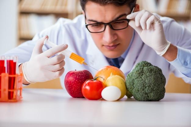 Man arts die de groenten en fruit controleert