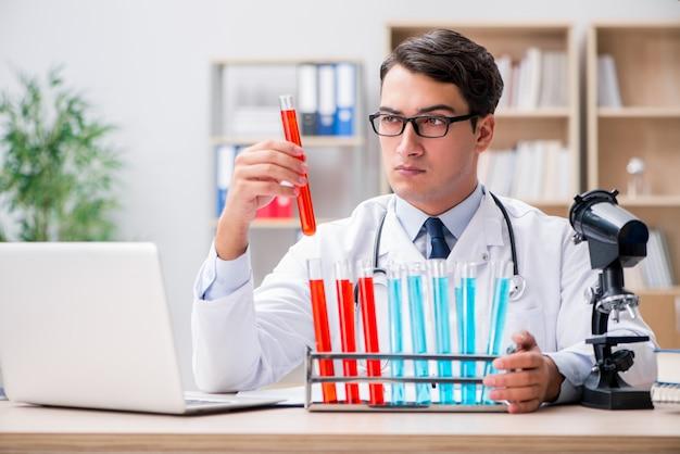 Man arts die in het laboratorium werkt