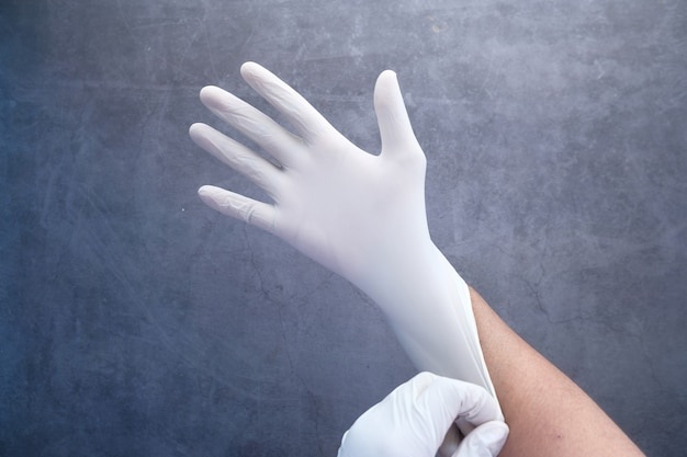 Man arts draagt medische latex handschoenen, close-up