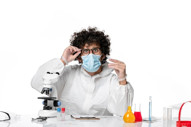 Man arts in beschermend pak steriel masker met monster op wit