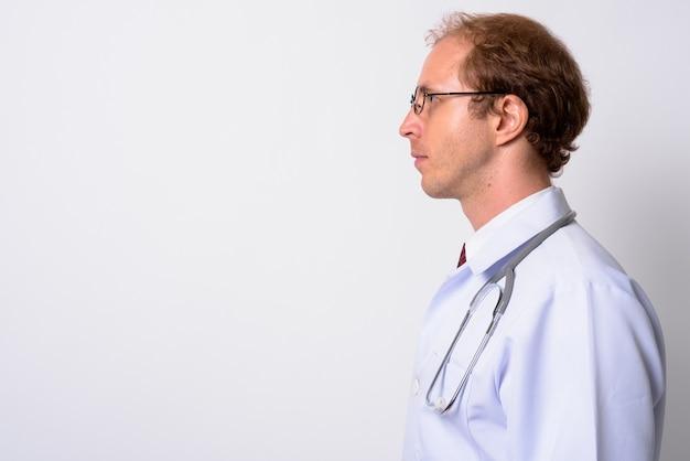 Man arts met blond haar bril dragen tegen witte muur