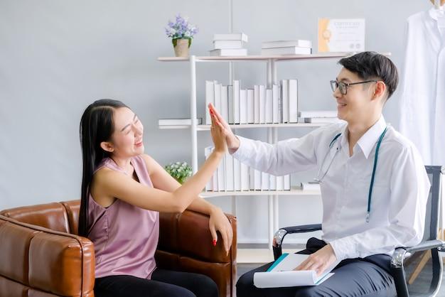 Man artsen en vrouwelijke patiënten