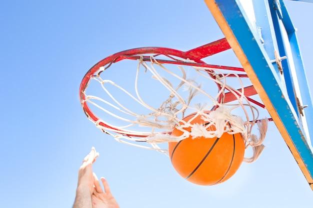 Man basketbal spelen in de straat