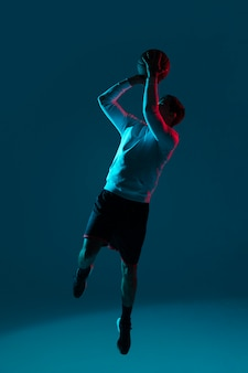 Man basketbal spelen met coole lichten