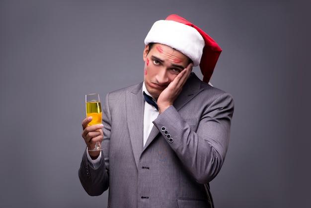 Man bedekt door kussen met kerstmuts
