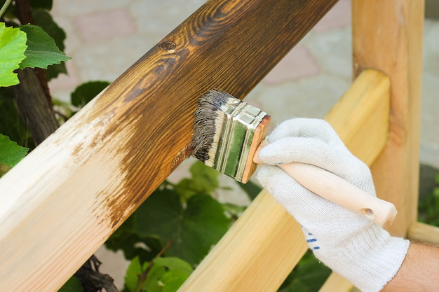 Man bedekt met lak houten hek