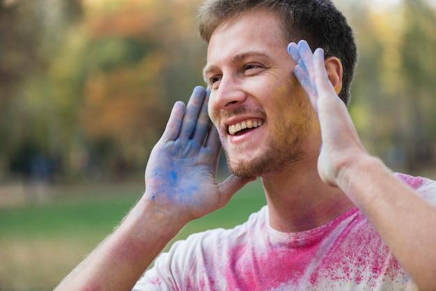 Man bedekt met verschillende kleuren bij holi
